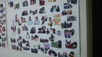 教室の壁に写真を貼る