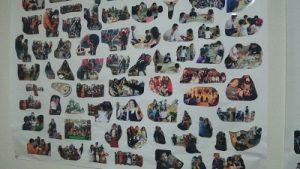 教室の壁に写真を貼る2